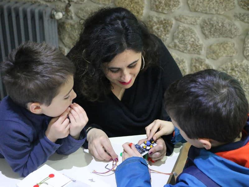 niños aprendiendo robotica