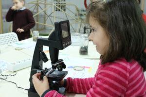 Rapaza_co_microscopio