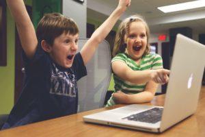niños creando videojuegos